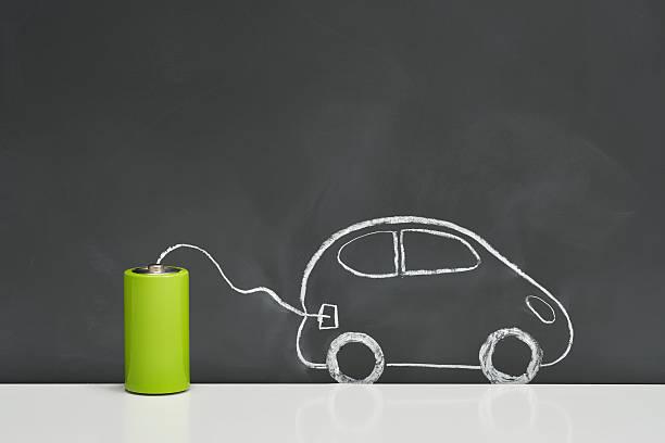 Dessin à la craie d'une voiture électrique reliée à une pile électrique verte